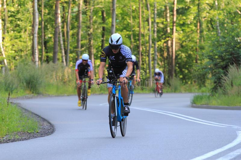 Radfahrer auf Triathlonweg lizenzfreie stockfotos