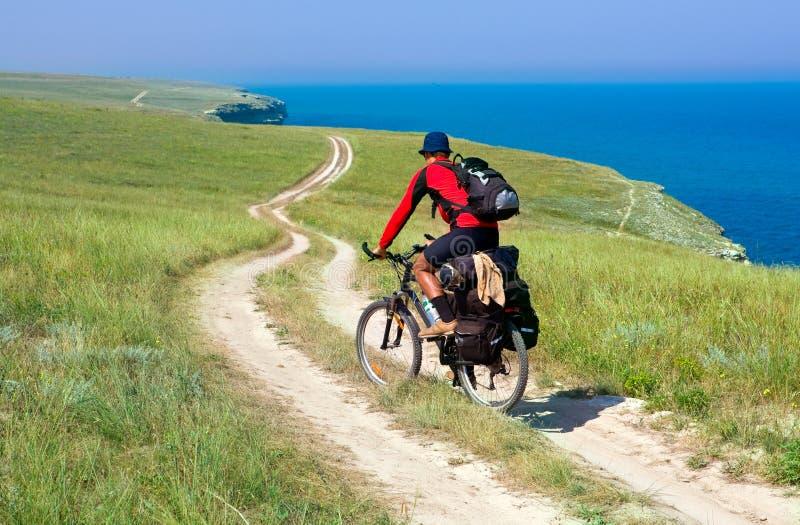 Radfahrer auf Wiese lizenzfreies stockfoto