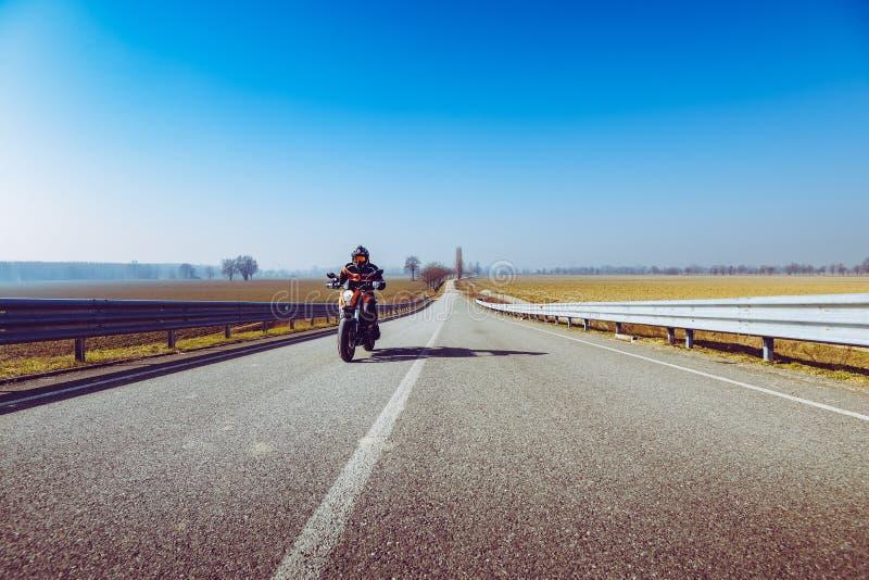 Radfahrer in der Aktion, die auf die Aufhängefeder- und Sommerfreienfreizeitjahreszeit fährt und Freiheit conceptt- getont mit ei stockbilder