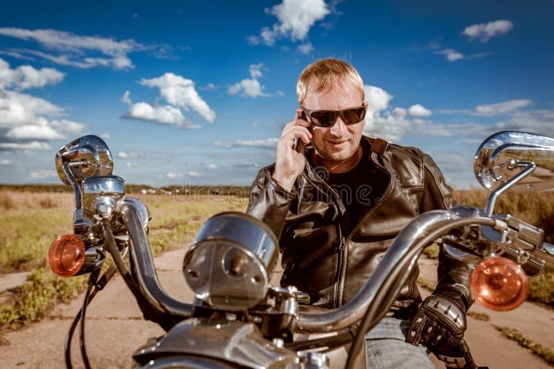 Radfahrer, der auf einem Smartphone spricht stockfoto