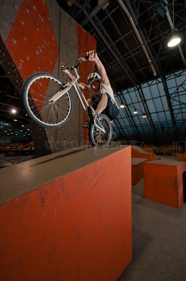 Radfahrer, der auf Korn auf rückseitigem Rad steht lizenzfreies stockfoto