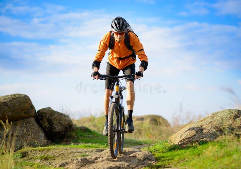 Radfahrer, der das Fahrrad auf den schönen Gebirgspfad reitet stockfotos