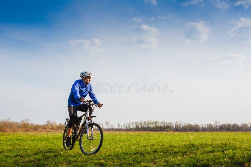 Radfahrer, der das Fahrrad reitet stockbild