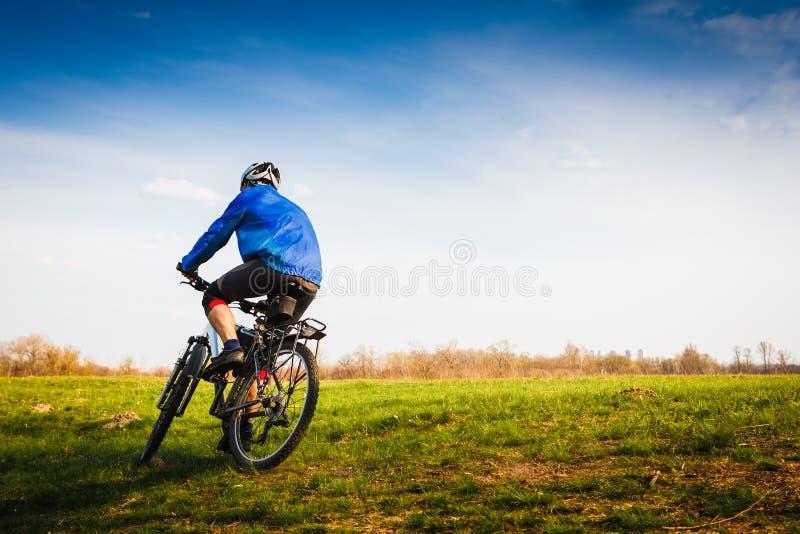 Radfahrer, der das Fahrrad reitet lizenzfreie stockfotos