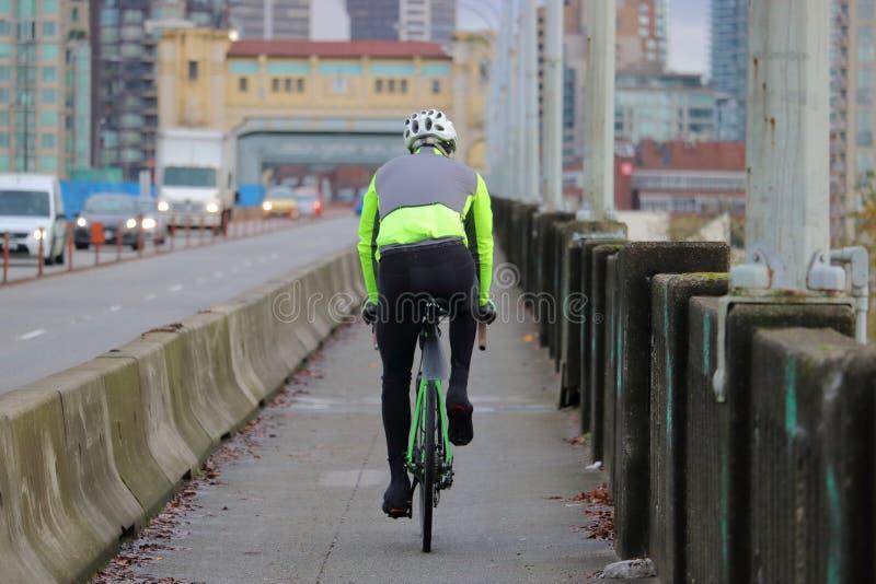 Radfahrer, der in der Stadt austauscht lizenzfreie stockfotos