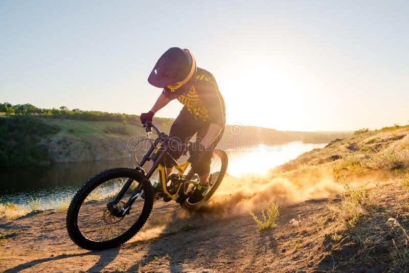 Radfahrer, der die Mountainbike auf den Sommer Rocky Trail am Abend reitet Extremer Sport und Radfahrenkonzept Enduro lizenzfreies stockbild