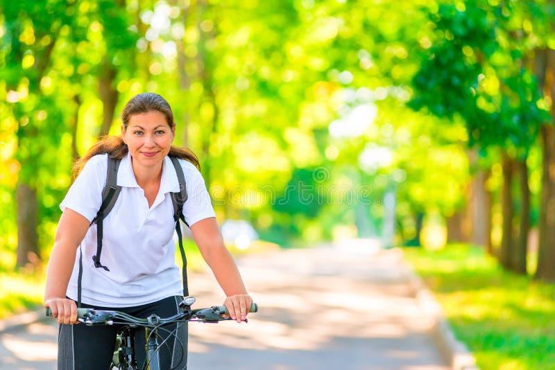 Radfahrer, der ein Fahrrad reitet lizenzfreie stockfotografie