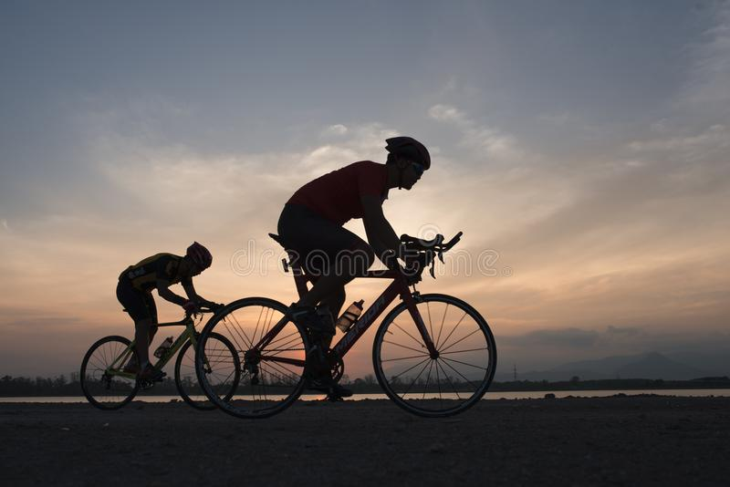 Radfahrer in der maximalen Bemühung in einer Straße draußen bei Sonnenuntergang lizenzfreies stockfoto
