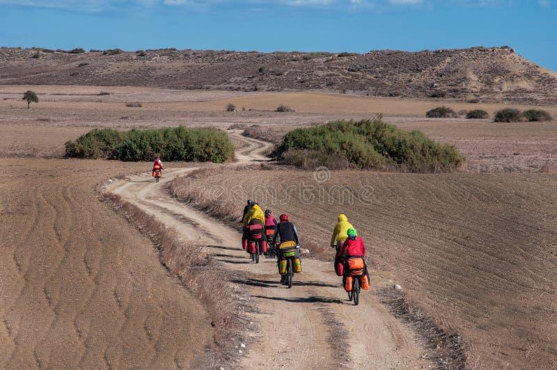 Radfahrer, die auf Gebirgsserpentin fahren stockfoto
