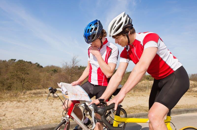 Radfahrer, die nach Richtungen suchen stockfotografie