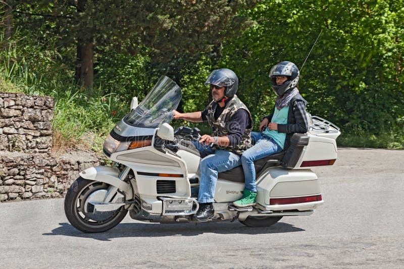 Radfahrer, die Zylinder 6 Hondas Goldwing 1500 reiten lizenzfreies stockfoto