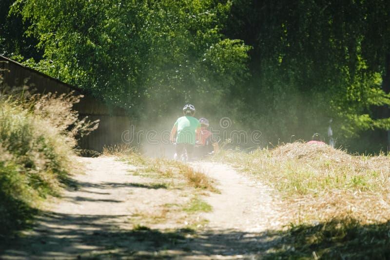 Radfahrer an einem Rennen nicht f?r den Stra?enverkehr stockbilder