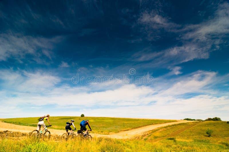 Radfahrer entspannen sich draußen radfahren stockfotografie