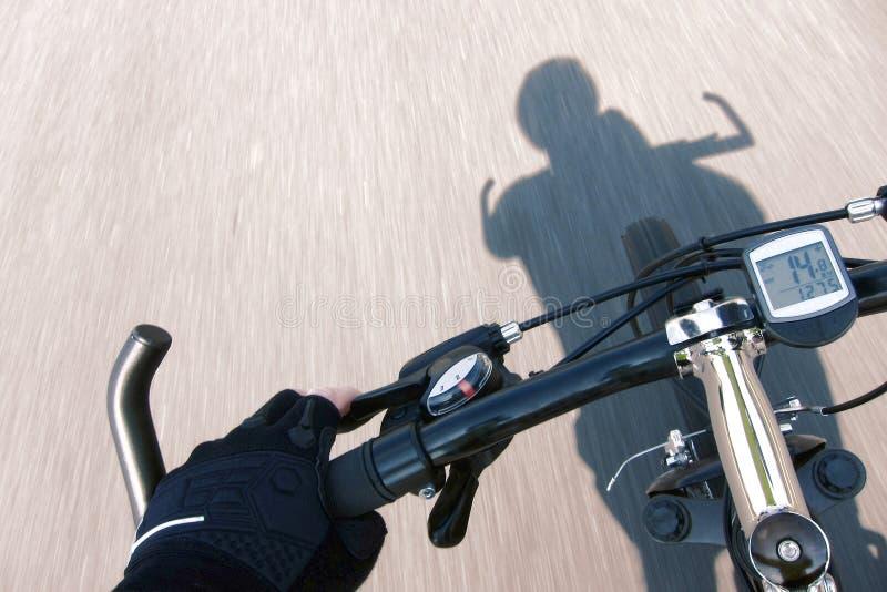 Radfahrer-Handhandschuh auf beschleunigenfahrrad-Lenkstange lizenzfreies stockfoto
