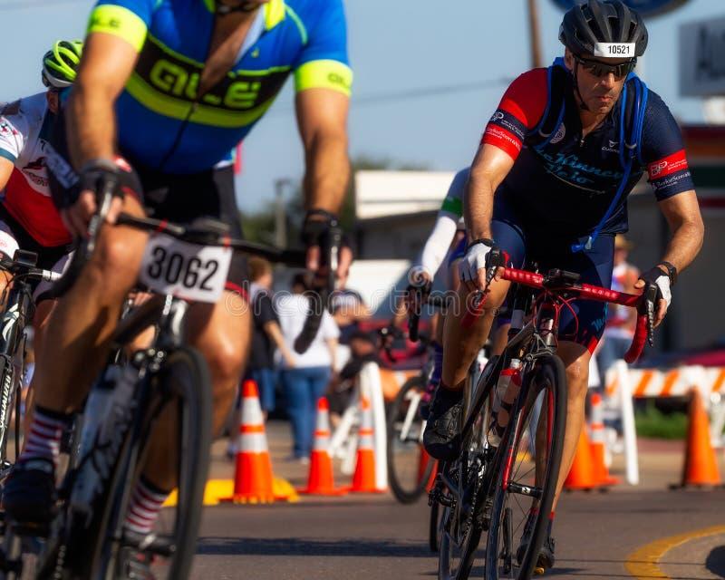 Radfahrer am heißeren als Höllen-Ausflug in Texas stockfotografie