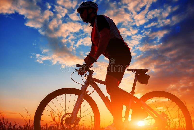Radfahrer im Herbst an einem sonnigen Nachmittag stockbild