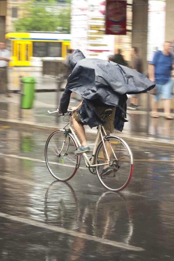 Radfahrer im Regen stockbilder
