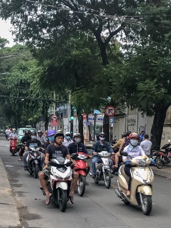 Radfahrer im Verkehr auf den Straßen in Vietnam lizenzfreie stockfotografie