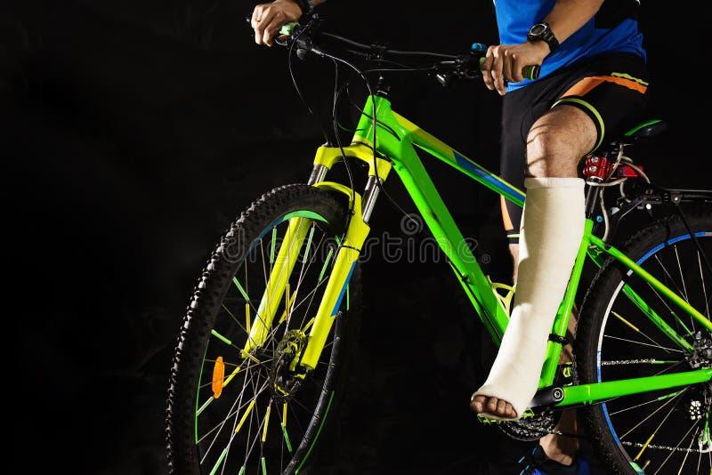 Radfahrer mit Bruch der Ferse lizenzfreie stockfotografie
