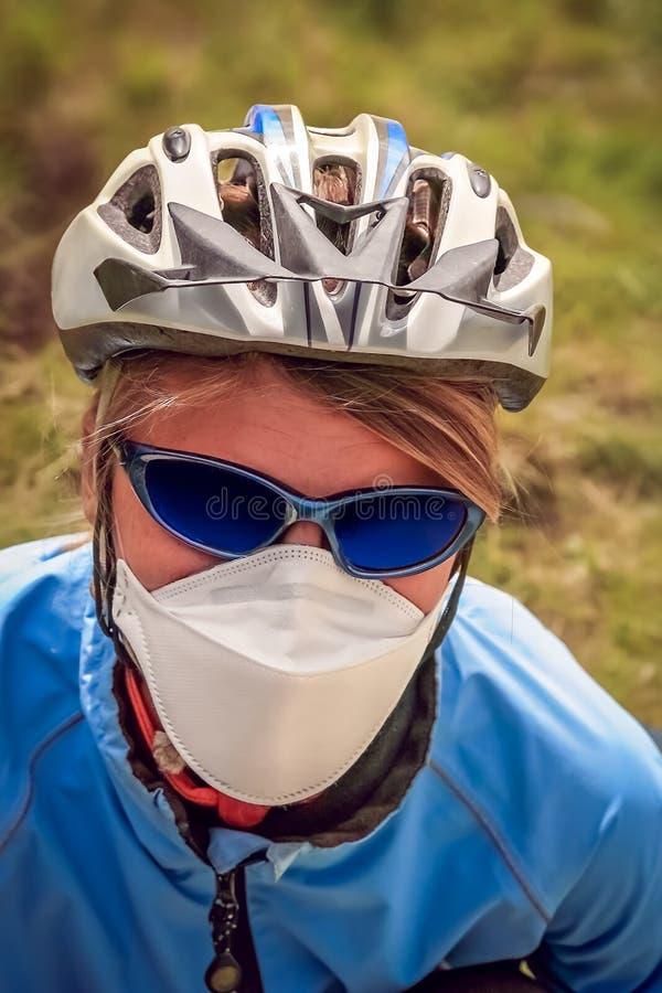 Radfahrer mit einer Gesichtsmaske stockfotografie