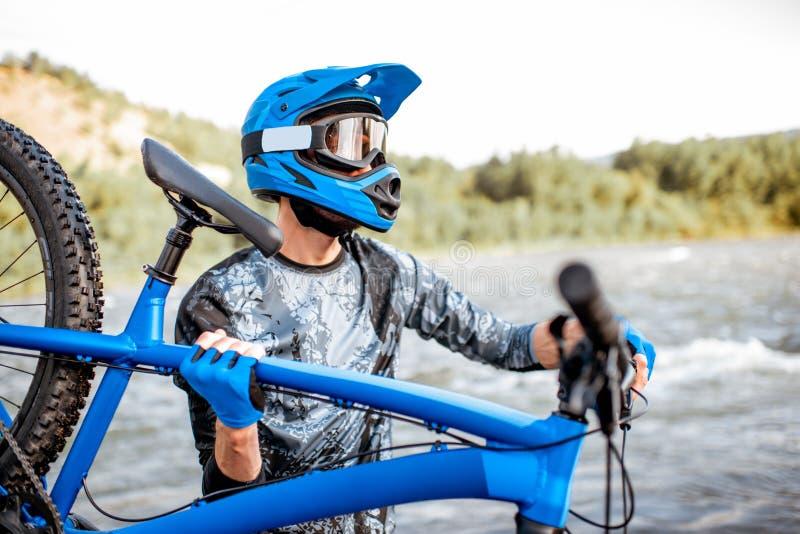 Radfahrer mit Fahrrad auf den Bergen lizenzfreies stockfoto