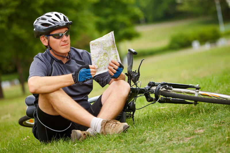 Radfahrer mit Karte lizenzfreies stockfoto