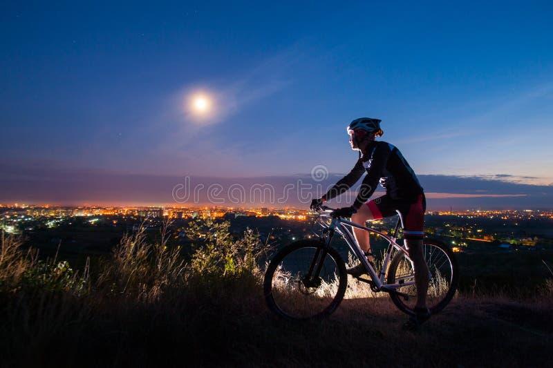 Radfahrer mit Mountainbike auf den Hügel stockfotografie