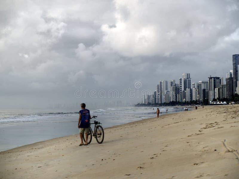 Radfahrer am Strand von Recife stockfotos
