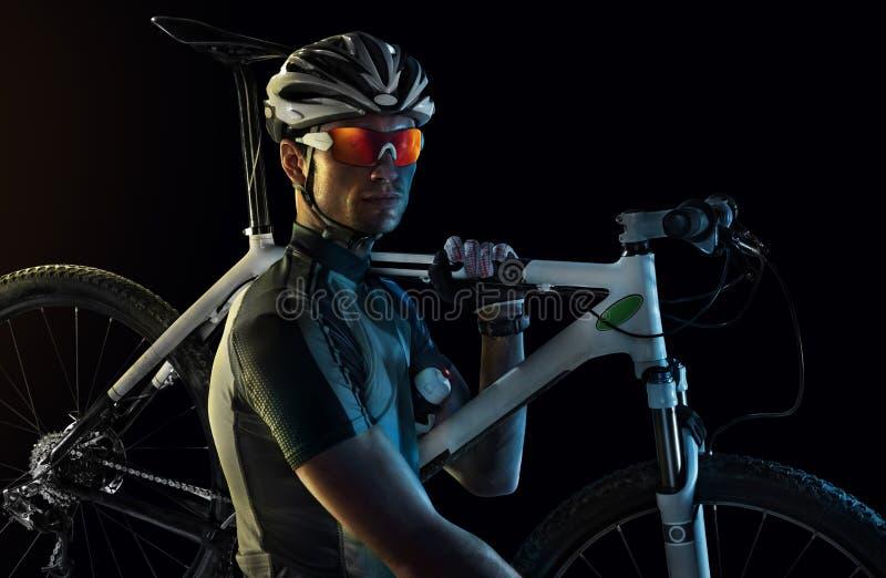 Radfahrer-transportierendes Fahrrad stockfotografie