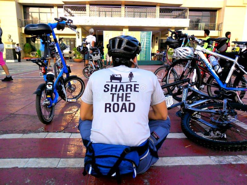 Radfahrer treten für eine Fahrradspaßfahrt in marikina Stadt, Philippinen zusammen stockbilder