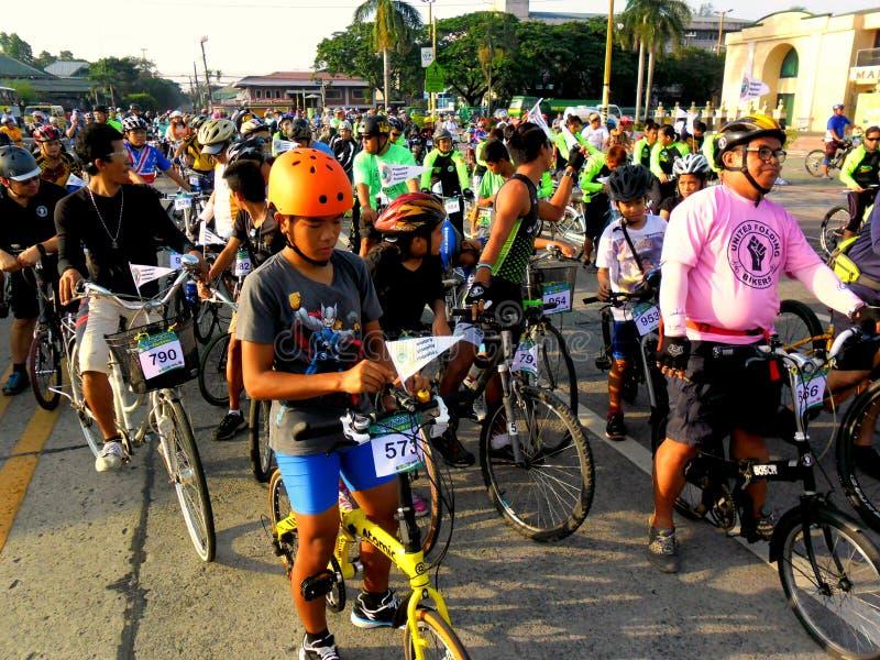 Radfahrer treten für eine Fahrradspaßfahrt in marikina Stadt, Philippinen zusammen lizenzfreie stockfotos