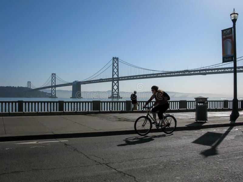 Radfahrer und Bucht-Brücke in San Francisco lizenzfreies stockbild