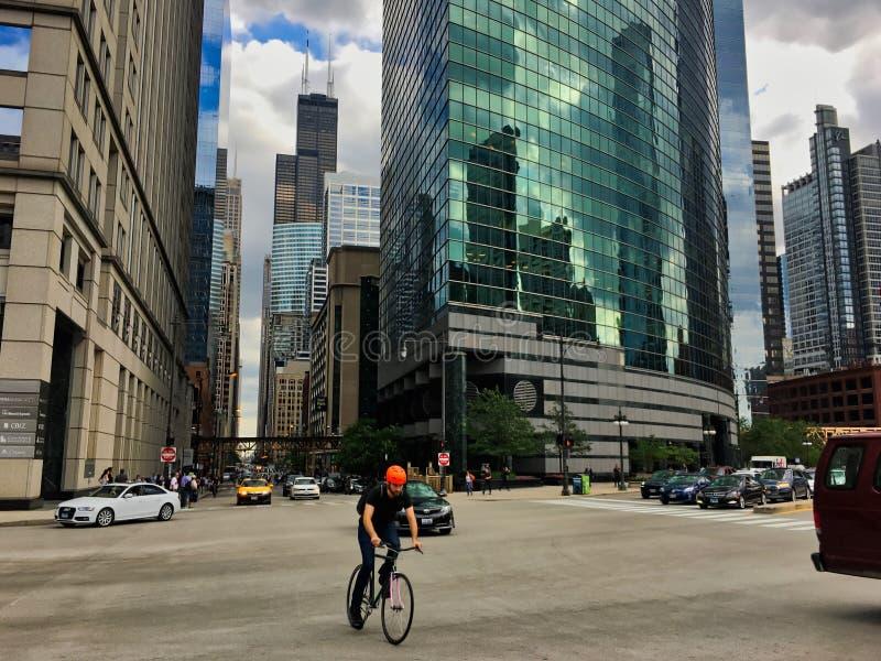 Radfahrer und Fahrzeugverkehr um die Ecke von Wacker Antrieb und Franklin Street in der im Stadtzentrum gelegenen Chicago-Schleif stockfotos