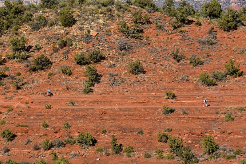 Radfahrer und Wanderer in den roten Felsen-Bergen von Sedona lizenzfreie stockfotografie