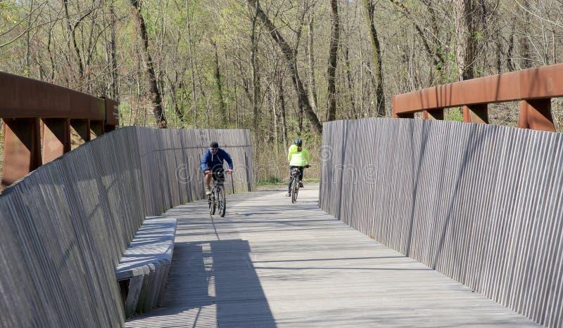 Radfahrerfahrt über Wolf River Bridge stockfoto