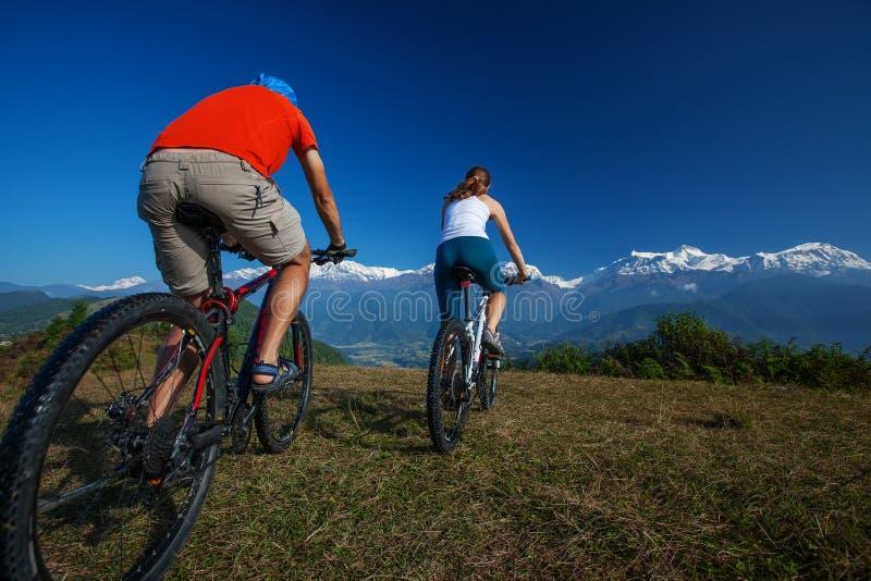 Radfahrerfamilie in Himalaja-Bergen stockbild