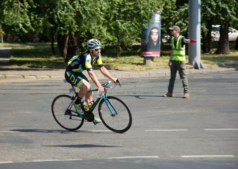 Radfahrerreiten auf einer Stadtstraße stockbilder