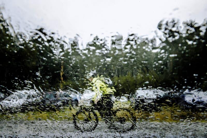 Radfahrerreiten auf Straße stockfotografie