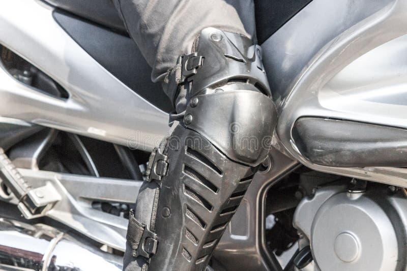 Radfahrerschutz der Knie und der Schienbeine zur Sicherheit des Reitens eines Motorrades lizenzfreies stockbild