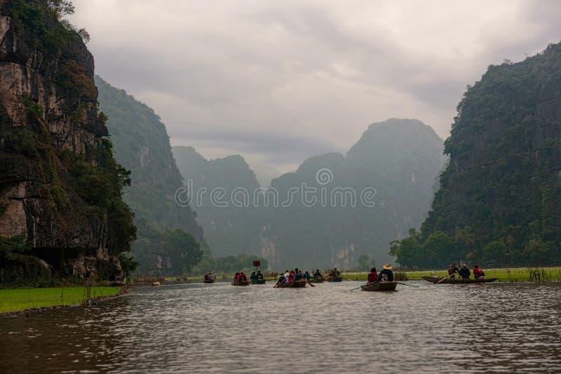 Radfartyg på en flod under ensemblehimmel i Vietnam royaltyfria bilder