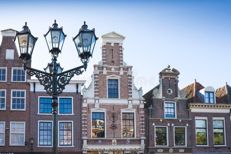 Radgavelhus i Alkmaar, Nederländerna, mot blå himmel arkivbilder