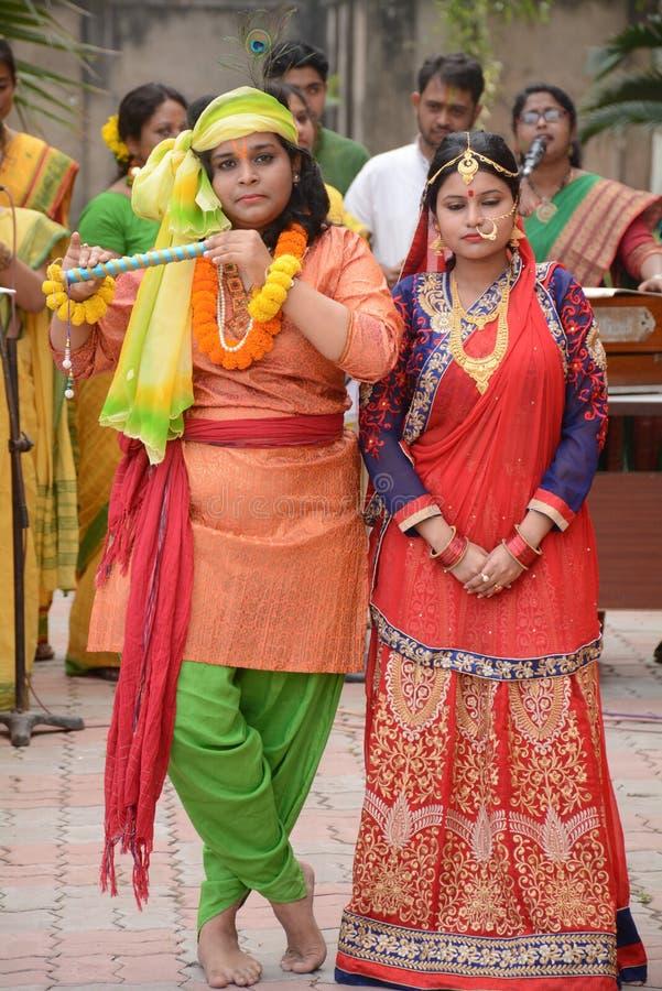 Radha Krishna die in een Holi-Viering presteren stock foto