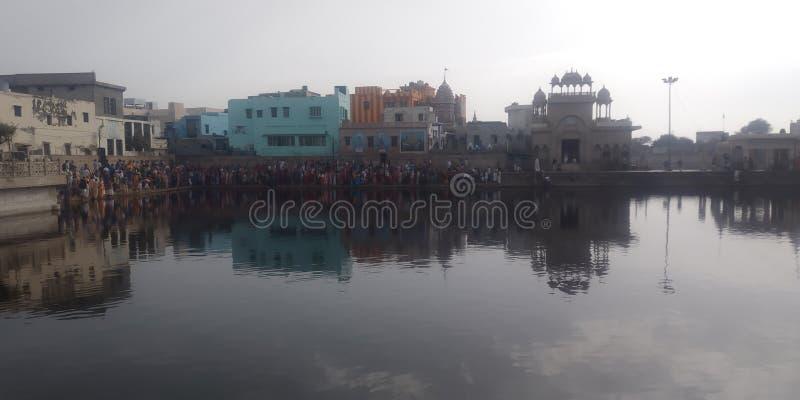 Radha kund in girraj ji parikrama meer foreginer hier en radhamaiya die van de wens ook godin komen stock afbeelding