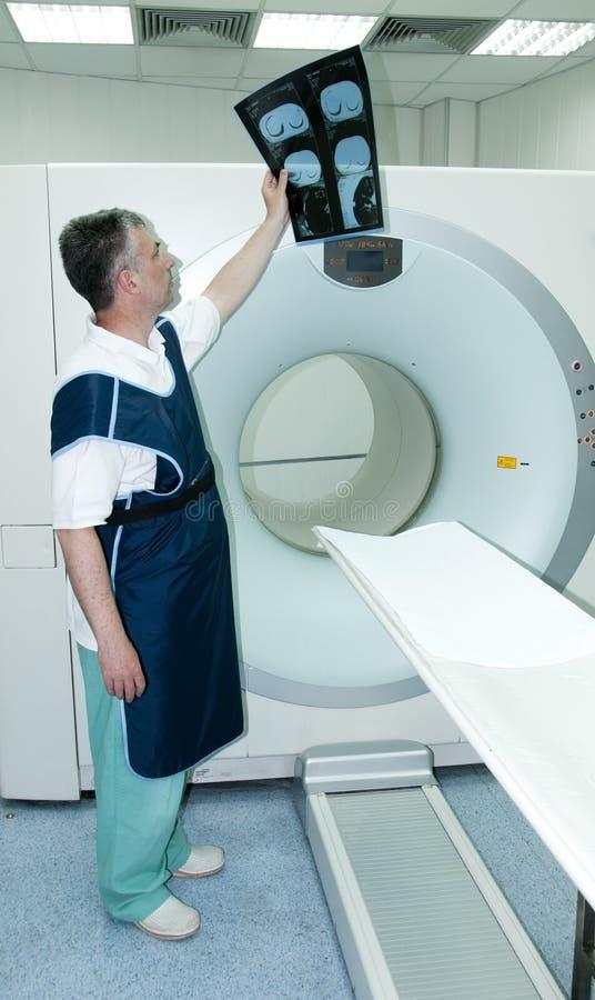 Radiólogo imagen de archivo. Imagen de cáncer, observe - 24565411