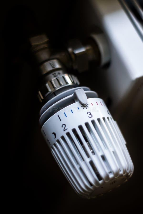 Radiador blanco en un cuarto fotografía de archivo