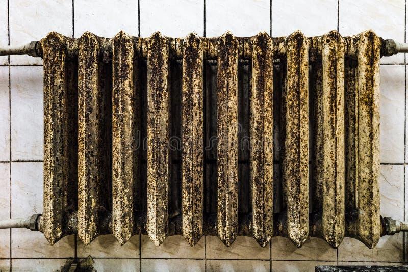 Radiador de aquecimento mofado oxidado do ferro fundido imagem de stock royalty free
