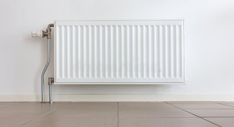 Radiador de la calefacción en un hogar holandés fotos de archivo