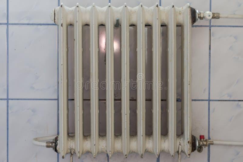 Radiador oxidado viejo Calefacción pobre en la vivienda vieja foto de archivo libre de regalías