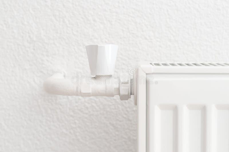 Radiateur blanc de chauffage dans un appartement Tir de détail images stock
