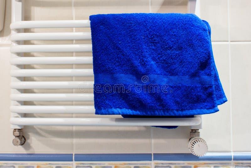 Radiateur dans la salle de bains image stock